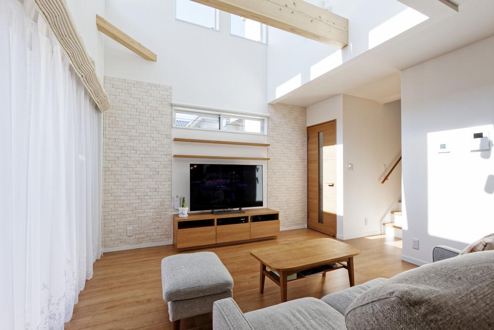 印西市の注文住宅「吹き抜けと中庭が心地よい、シンプルと彩りが共存する住宅」